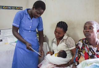 Lilian attends to a mother and her newborn at the Juba Teaching Hospital. (Photo: UNFPA South Sudan)